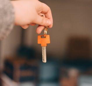 Чем отличается завещание от дарственной на квартиру: сравнение, что выгоднее и правила оформления